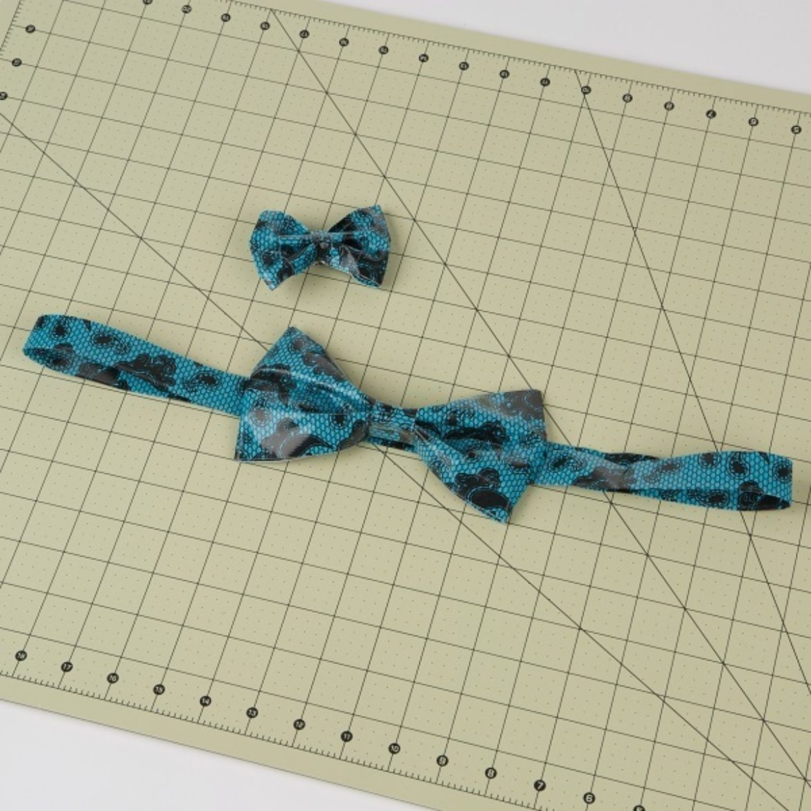 completed Duck Tape bow belt with an optional hair clip